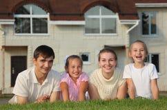 против лож дома травы семьи 4 стоковое фото rf