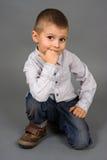 против мальчика полагаться сидит Стоковые Фото
