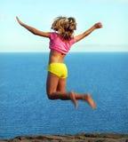 против моря девушки летания Стоковое фото RF