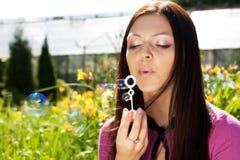 против мыла травы девушки пузыря дуновения предпосылки Стоковая Фотография RF