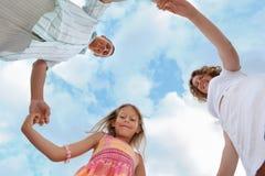 против неба внизу семьи foreshortening стоковое изображение rf