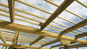 против неба голубого фокуса конструкции обрамляя домашнего нового селитебного отмелого стоковое фото rf
