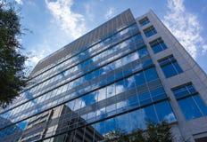 против неба голубого здания самомоднейшего Стоковое Изображение RF