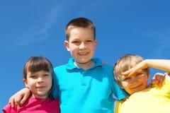 против неба детей счастливого Стоковое Изображение