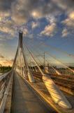 против неба моста пасмурного высокорослого стоковая фотография rf