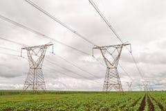 против неба опор электричества бурного Стоковое Изображение RF