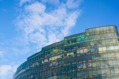 против неба офиса голубого здания самомоднейшего Стоковое Фото
