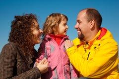 против неба портрета голубой семьи счастливого Стоковая Фотография RF