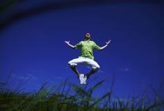 против неба рубашки ванты голубого зеленого цвета скача вверх Стоковое Изображение