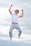 против неба человека воздуха скача Стоковое Изображение RF