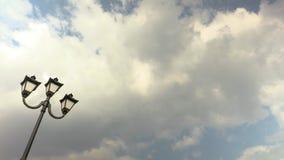 против неба lamppost Облака бежать через голубое небо Запись промежутка времени Отснятый видеоматериал 4K, UHD сток-видео