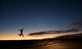 против ночи люди silhouettes небо Стоковое Изображение RF