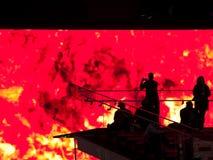 против огромного экрана людей silhouetted видео Стоковые Фотографии RF