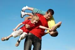 против отца играя сынков неба Стоковые Фото