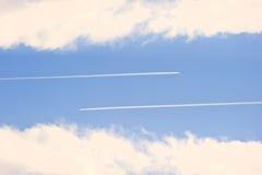 против пара неба contrails самолета голубого яркого Стоковое Изображение RF
