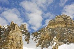 против пасмурного неба пиков горы стоковая фотография