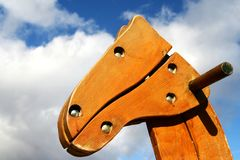против пасмурных головных небес seesaw лошади деревянных Стоковое Изображение RF