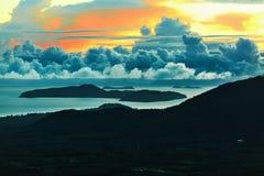против предпосылки голубые облака field wispy неба природы зеленого цвета травы белое Сценарный ландшафт захода солнца Таиланд, к Стоковое фото RF
