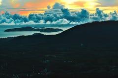 против предпосылки голубые облака field wispy неба природы зеленого цвета травы белое Сценарный ландшафт захода солнца Таиланд, к Стоковые Изображения