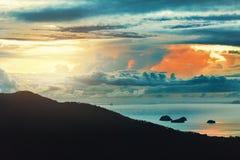 против предпосылки голубые облака field wispy неба природы зеленого цвета травы белое Сценарный ландшафт захода солнца Таиланд, к Стоковое Фото