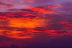против предпосылки голубые облака field wispy неба природы зеленого цвета травы белое Красное небо на ноче и облаках Красивый и c Стоковые Изображения RF