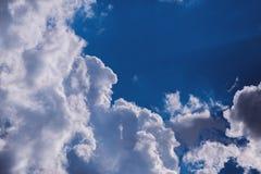 против предпосылки голубые облака field wispy неба природы зеленого цвета травы белое Стоковое Фото