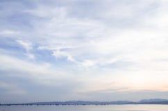 против предпосылки красивейшее здравствулте! изолировало стоящий мир белой женщины Стоковая Фотография