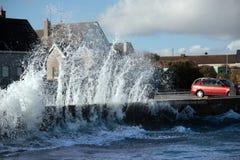против прибрежных разбивая волн стены Стоковое фото RF