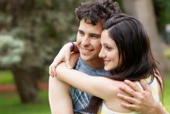 против природы пар счастливой стоковые фотографии rf