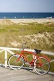 против рельса велосипеда полагаясь стоковые фотографии rf