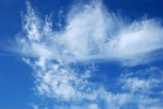 против сини заволакивает белизна неба Стоковое фото RF