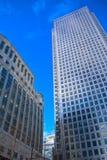 против сини заволакивает небоскребы неба Стоковое Фото