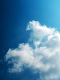 против сини заволакивает небо стоковая фотография rf