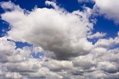 против сини заволакивает белизна неба Стоковая Фотография