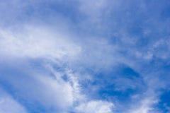 против сини заволакивает небо Стоковые Фото