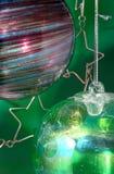 против стеклянных зеленых орнаментов Стоковые Изображения
