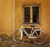 против стены велосипеда старой Стоковая Фотография