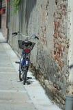 против стены велосипеда стоковое фото