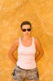 против стены девушки Стоковая Фотография RF