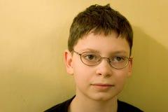 против стены зеленого цвета мальчика Стоковое фото RF
