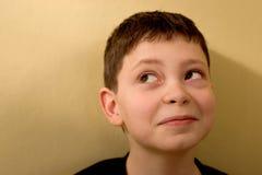 против стены зеленого цвета мальчика Стоковая Фотография RF
