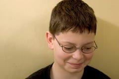 против стены зеленого цвета мальчика Стоковое Изображение