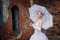 против стены зонтика невесты кирпича Стоковые Изображения