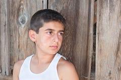 против стены мальчика амбара старой Стоковое Фото
