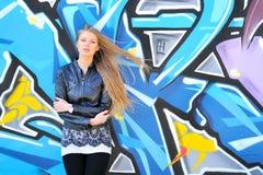 против стены надписи на стенах девушки Стоковая Фотография