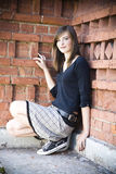 против стены подростка девушки кирпича Стоковые Изображения RF