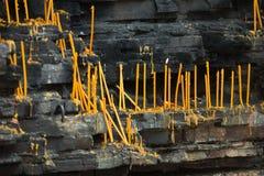 против стены темноты свечек Стоковое Фото