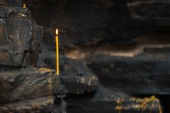 против стены темноты свечки Стоковые Фото