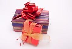 против украшения рождества изолированная белизна стоковое изображение