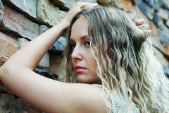 против унылой женщины каменной стены Стоковое Фото